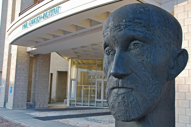 Entrance of the institute with head of Paul Ehrlich (Source: Morgenroth/Paul-Ehrlich-Institut)